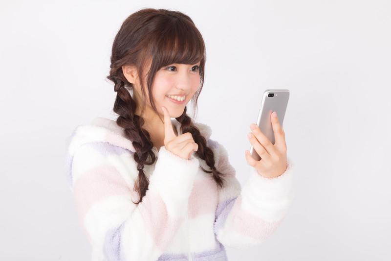 乃木坂46 23rdシングル「Sing Out!」発売記念アンダーライブを無料動画視聴する裏技教えます!dTVチャンネルに初回登録・申し込みで可能!-dTVチャンネル31日間無料トライアルのやり方・登録方法・申し込み方法を実践する女性